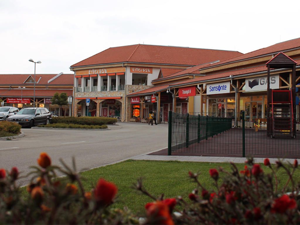 Outlet in Hungary, Premier Outlet Center, for shopping. Its location ...